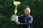 今年の「日本アマ」(男子)を逆転で勝ち取り、喜びの優勝杯を掲げる亀代順哉(21)。=いずれも北海道ブルックスCC(提供:日本ゴルフ協会)
