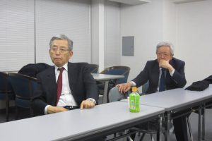 写真㊧が辞任した中島前会長。㊨は菅副会長