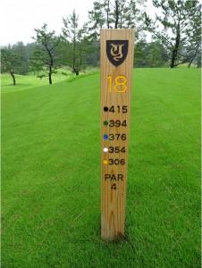 5つのティーを表示するヤーデージ。各ティーグラウンド脇にある=横浜CC西18番。