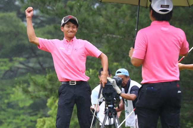 最終日、大混戦を抜け出してガッツポーズの大沢和也。(日本アマ選手権)=提供:日本ゴルフ協会