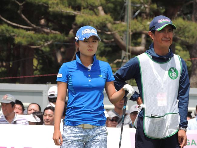 キャディーとティーグラウンドで順番を待つ森田遥(左)。