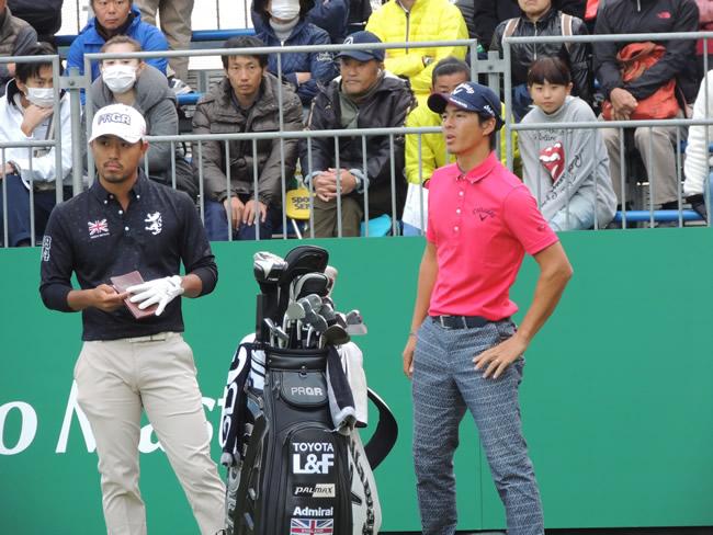 優勝した小平智(左)とティーグラウンドで話す石川遼(右)=三井住友VISA太平洋マスターズ=太平洋御殿場。