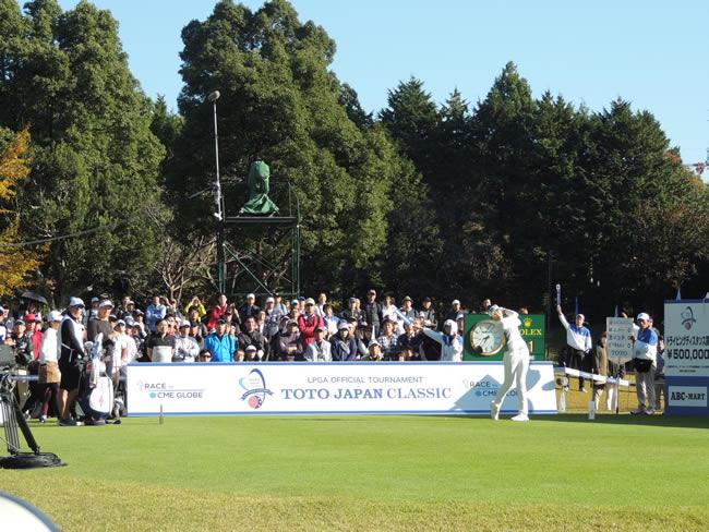 日米女子共催のTOTOジャパンクラシックは、大勢のファンが集まった(茨城・太平洋クラブ美野里、1番ティーグラウンド)