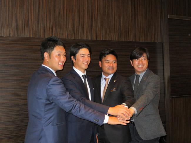 新選手会長石川遼(左から2人目)を囲んで握手する左から薗田俊輔、(石川遼)、宮里優作、深堀圭一郎の副会長(ANAインターコンチネンタル東京)