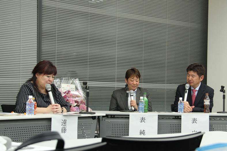 キャディ、夫として支える表広樹氏(右)とJGJA大賞受賞の表純子プロ(中)、進行はJGJA遠藤淳子氏
