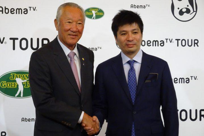 がっちり握手するJGTO青木功会長(左)とAbemaTV藤田晋社長(右)=18・1・30東京・ANAインターコンチネンタルホテル東京