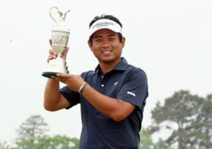 池田勇太、ミズノOPで今季初、通算21勝目の優勝カップ(茨城ザ・ロイヤルGC)=提供:JGTO